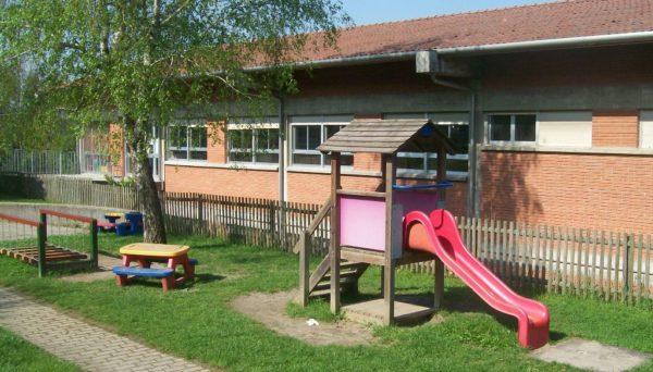 Esterno della scuola con scivolo, tavolo, spazio verde