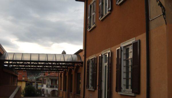 """Il cortile esterno della scuola primaria """"G. Segantini"""""""