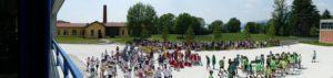 Vista d'insieme dei bambini della scuola per la giornata dello sport