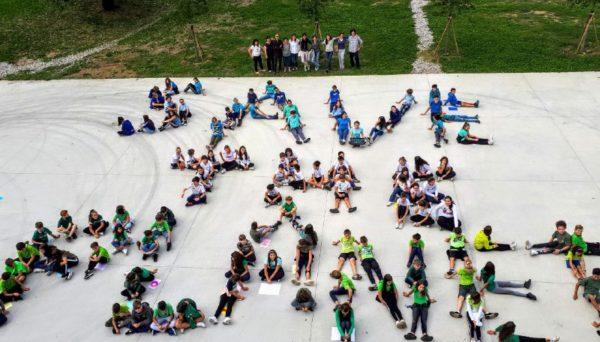 Bambini che formano la scritta Save The Planet