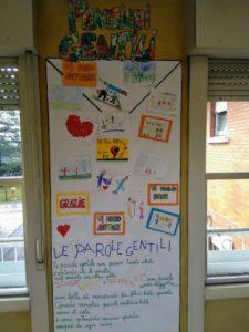 La grande busta delle parole gentili dei bambini del 5 padiglione