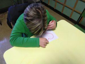 Bambino che colora il cuore della gentilezza
