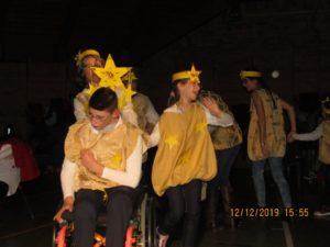 I bambini formano la scia di stelle