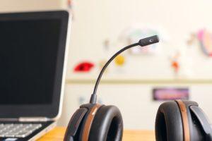 computer e cuffie con microfono