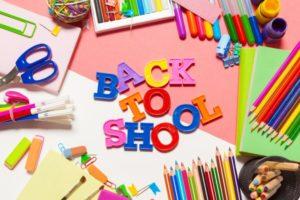 Scritta Back to school con matite, forbici e materiale scolastico